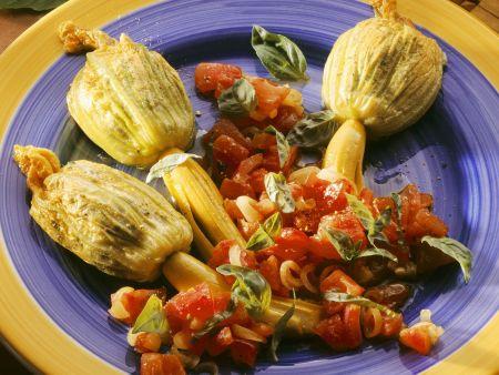 Rezept: Gefüllte Zucchiniblüten und Tomatensalat
