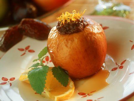 Gefüllter Dattel-Bratapfel auf Orangenspiegel