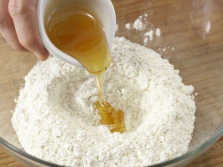 Gefüllter Mandel-Hefekuchen: Zubereitungsschritt 2