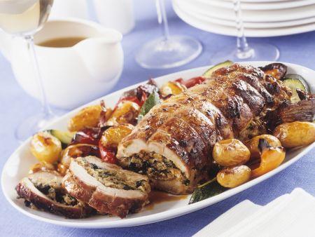 Gefüllter Schweinerollbraten mit gebratenen Kartoffeln und Gemüse