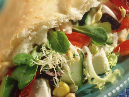 Gefülltes Fladenbrot mit Salat