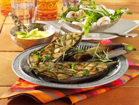 Gegrillte Auberginen mit Kichererbsenmus und Rauke-Champignon-Salat