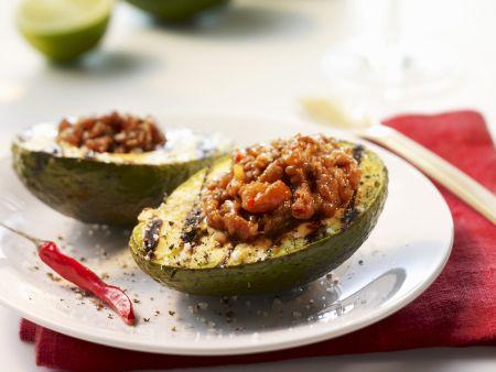 Gegrillte Avocados mit Füllung aus Thunfischtatar