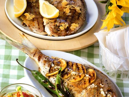 Gegrillte Brasse mit Zitronen & Brassenhälften mit Knoblauch