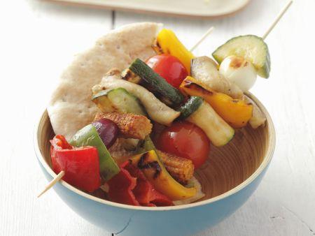 Gegrillte Gemüsespieße mit Fladenbrot