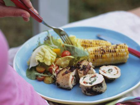 Gegrillte Hähnchenroulade mit gemischtem Salat und Maiskolben
