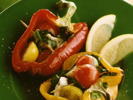 Gegrillte halbe Paprika mit Schafskäse-Tomaten-Füllung