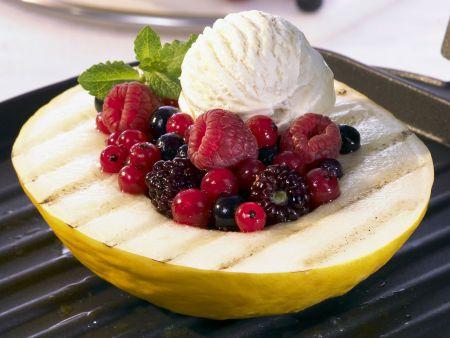 Gegrillte Honigmelone mit Beeren und Vanilleeis