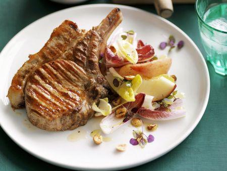 Rezept: Gegrillte Koteletts mit Chicorée-Pfirsich-Salat