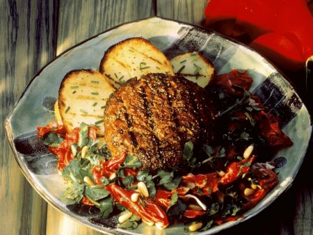 Gegrillte Lammbulette mit Kartoffeln und Salat