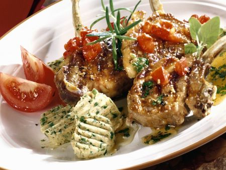 Gegrillte Lammchops mit Kräuterbutter