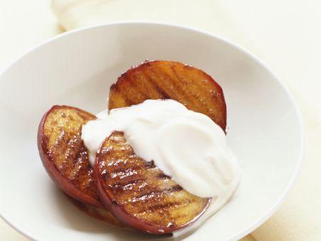 Gegrillte Mango mit Joghurt-Vanille-Sauce