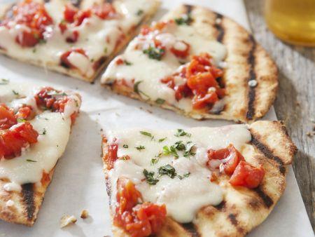 Gegrillte Pizza mit Tomate-Mozzarella