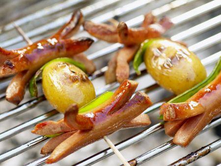 Gegrillte Würstchenspieße mit Kartoffeln