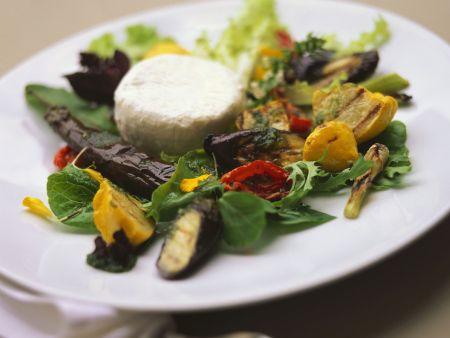 Gegrillter Gemüsesalat mit Ziegenkäsetaler