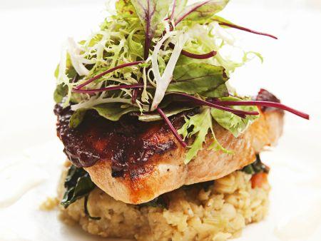 Gegrillter Lachs mit Linsen, Kräutersalat und Honig-Ziegenkäse-Emulsion