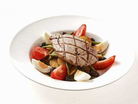 Gegrillter Thunfisch auf Gemüsesalat mit Ei