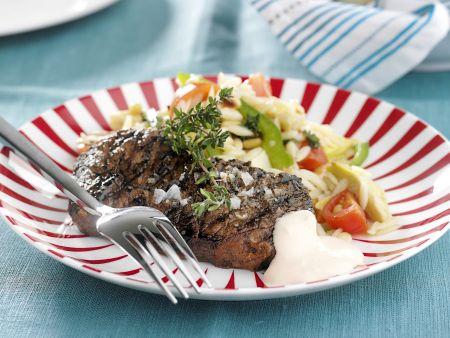 Gegrilltes Steak vom Rind mit Gemüse