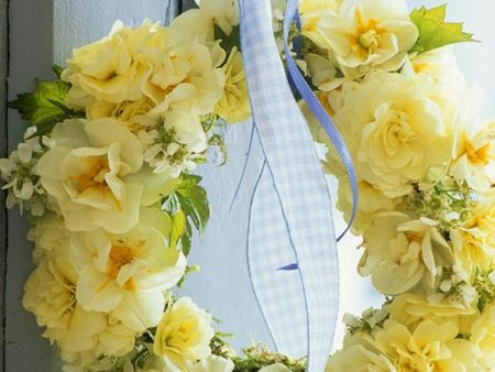 Gelber Kranz aus Narzissen, Frühlingsprimeln an Türklinke