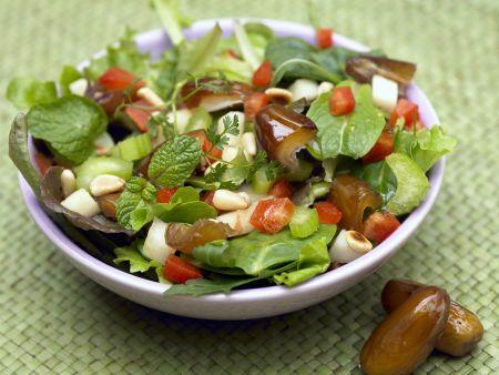 Gemischter Blattsalat mit Äpfeln und Datteln