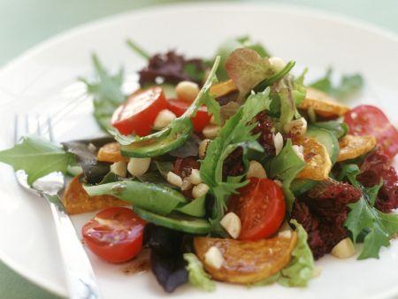 Gemischter Blattsalat mit gebratenen Süßkartoffeln und Macadamia