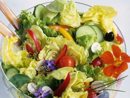 Gemischter Salat mit Blüten