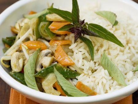 Gemischtes Gemüse mit thailändischem Basilikum und Reis