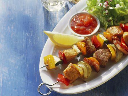 Gemüse-Fleisch-Spieße mit Soße und Salat