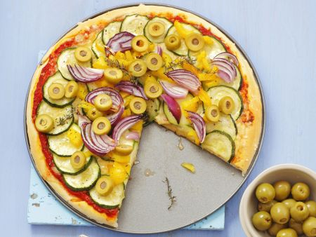 gem se pizza mit zucchini paprika und oliven rezept eat smarter. Black Bedroom Furniture Sets. Home Design Ideas