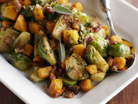 Gemüsepfanne mit Butternusskürbis, Rosenkohl, Bacon und Salbei