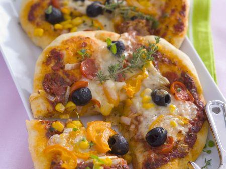 Gemüsepizza mit Zuckermais und Käse