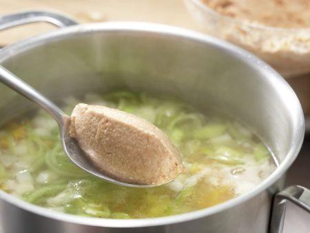 Gemüsesuppe mit Grießnocken: Zubereitungsschritt 7
