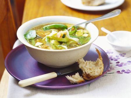 Gemüsesuppe mit Lauch und Zucchini