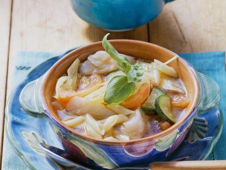 Gemüsesuppe mit Nudeln und Kabeljaufilet