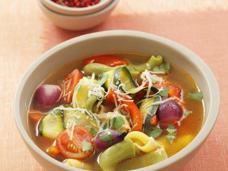 Gemüsesuppe mit Nudeln und Parmesan