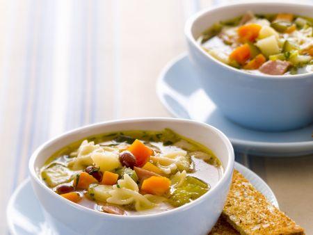 Gemüsesuppe mit Nudeln und Speck