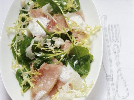 Gepökelte Schweinebacken mit Meerrettichcreme und Spinatsalat
