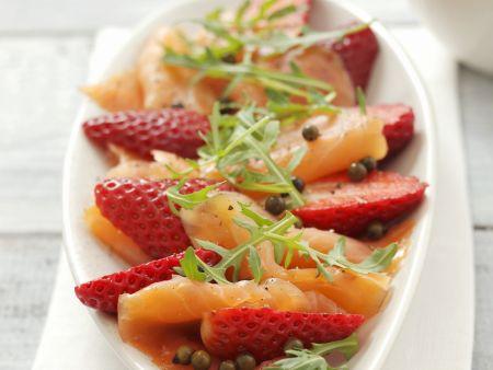 Geräucherter Lachs mit Erdbeeren, Rauke und grünem Pfeffer