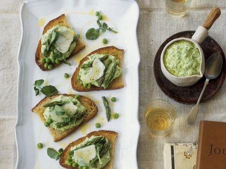 Geröstetes Brot mit Erbsen-Spargel-Aufstrich