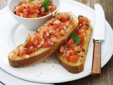 Geröstetes Brot mit würzigem Tomatenbelag