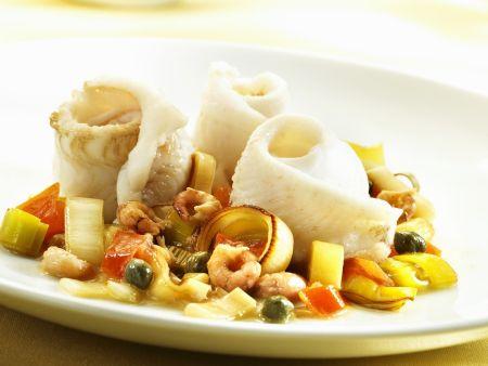 Gerollte Seezungenfilets mit Shrimps, Kapern, Porree und Tomaten