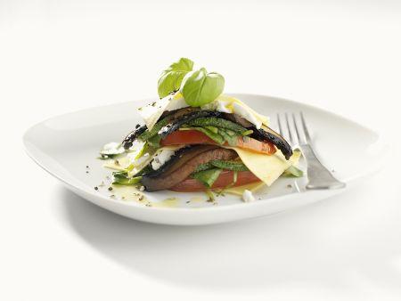 Geschichtete Antipasti aus Auberginen, Zucchini, Tomaten