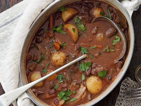 Geschmortes Rindfleisch in Rotweinsoße (Boeuf Bourguignon)