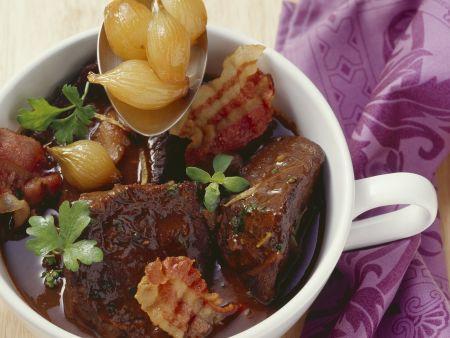 Geschmortes Rindfleisch mit Silberzwiebeln, Zitrone und Majoran
