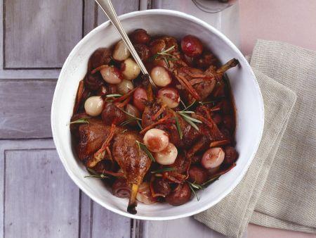 Geschmortes Rotweinhähnchen mit Schalotten und Champignons