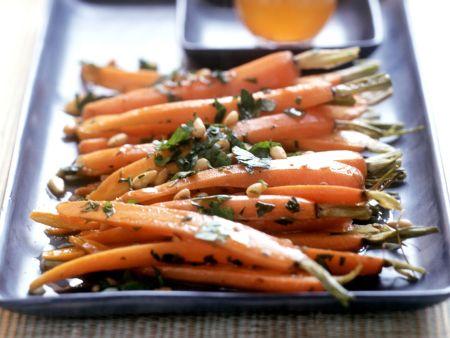 Glasierte Karotten mit Pinienkernen