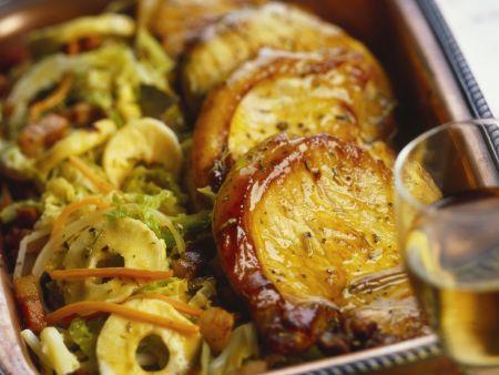 Glasierte Schweinekoteletts mit Kohl und Apfelringen