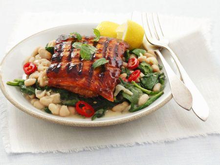 Glasiertes Lachsfilet vom Grill mit Spinat und weißen Bohnen