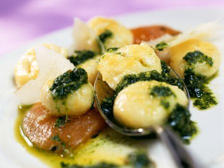 Gnocchi mit Rucolasauce und geschmorten Tomaten