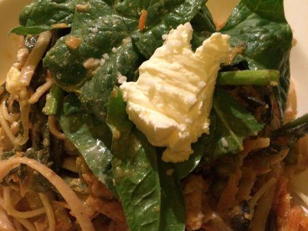 Goldbraune Kokosnudeln mit Krebsfleisch und frischem Spinat